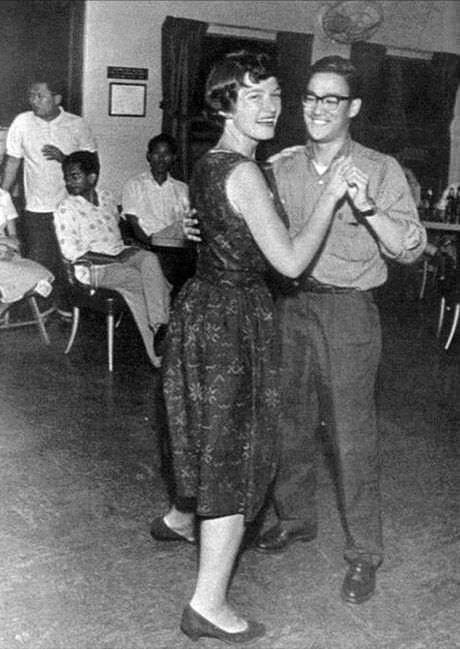 16. Bruce Lee bailando.