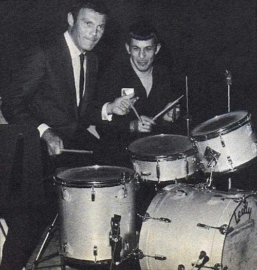 20. Adam West (Batman) y Leonard Nemoy (Spock) boludeando y tocando la batería.