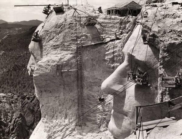 33. Construcción del monte Rushmore en 1939.