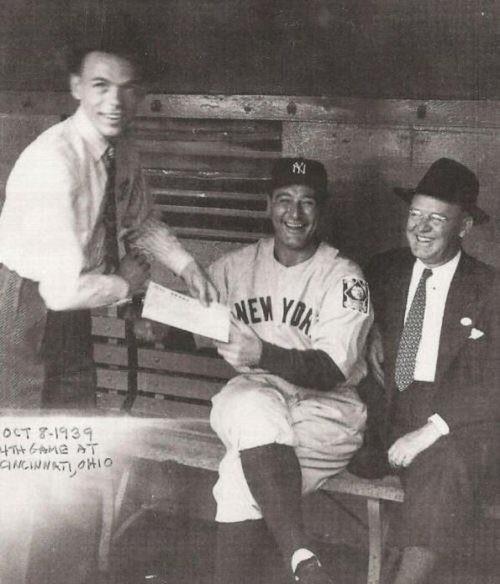 39. Frank Sinatra le pide un autógrafo a Lou Gehrig en 1939.
