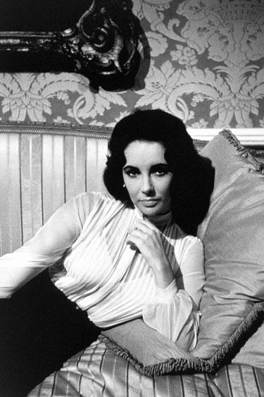 A lo que es fácil de combinar, Elizabeth Taylor con una camisa blanca de seda.