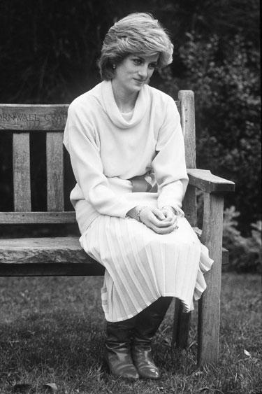 A lo que nos ayuda a tener un look relajado, como la Princesa Diana, que solía aparentar haberse puesto lo primero que encontró.
