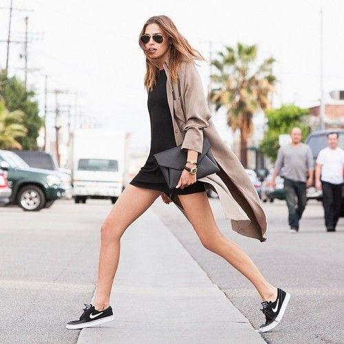 17. Vestido negro, trench y zapatillas