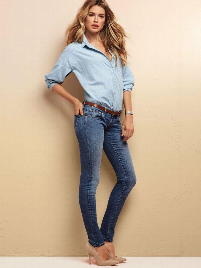 18. Jeans con camisa de jean y stilettos