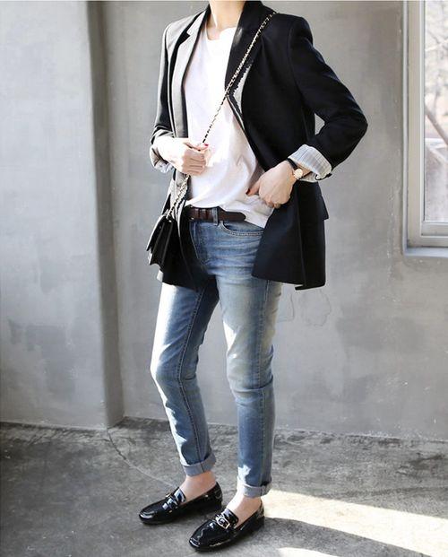 19. Jeans, camisa blanca, blazer negro y zapatos acharolados sin taco