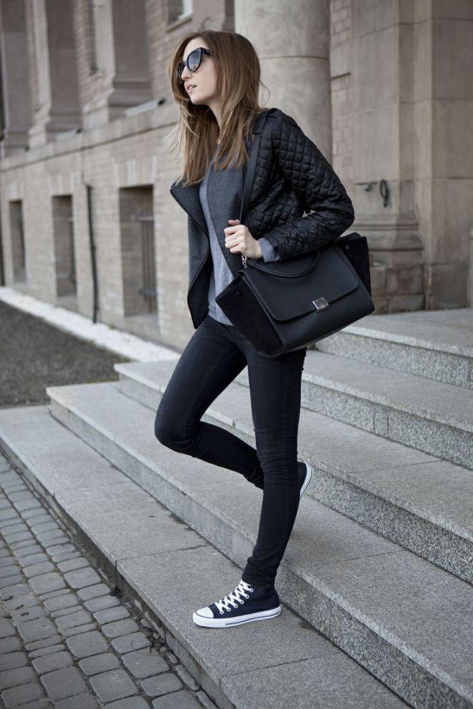 20. Remera gris, campera de cuero, pantalón negro y zapatillas converse negras