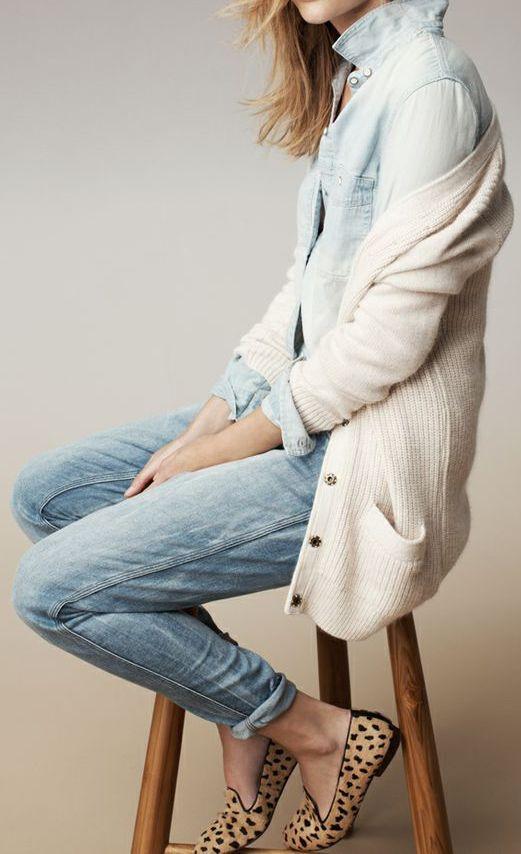 24. Jeans, camisa de jeans, cardigan y chatitas animal print