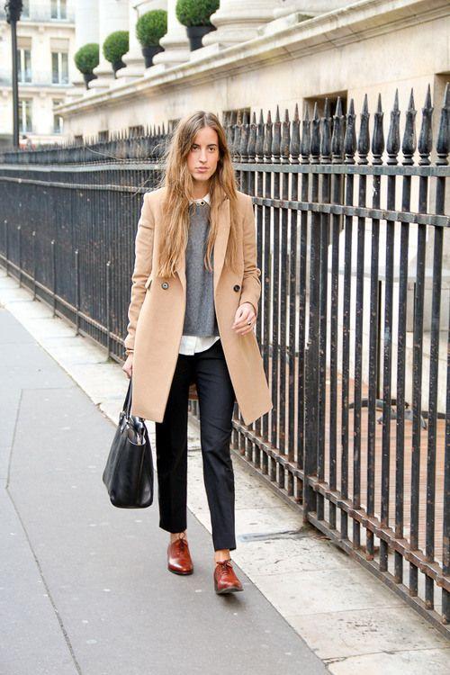 25. Pantalón negro, camisa blanca, sweater gris, trench y zapatos acordonados
