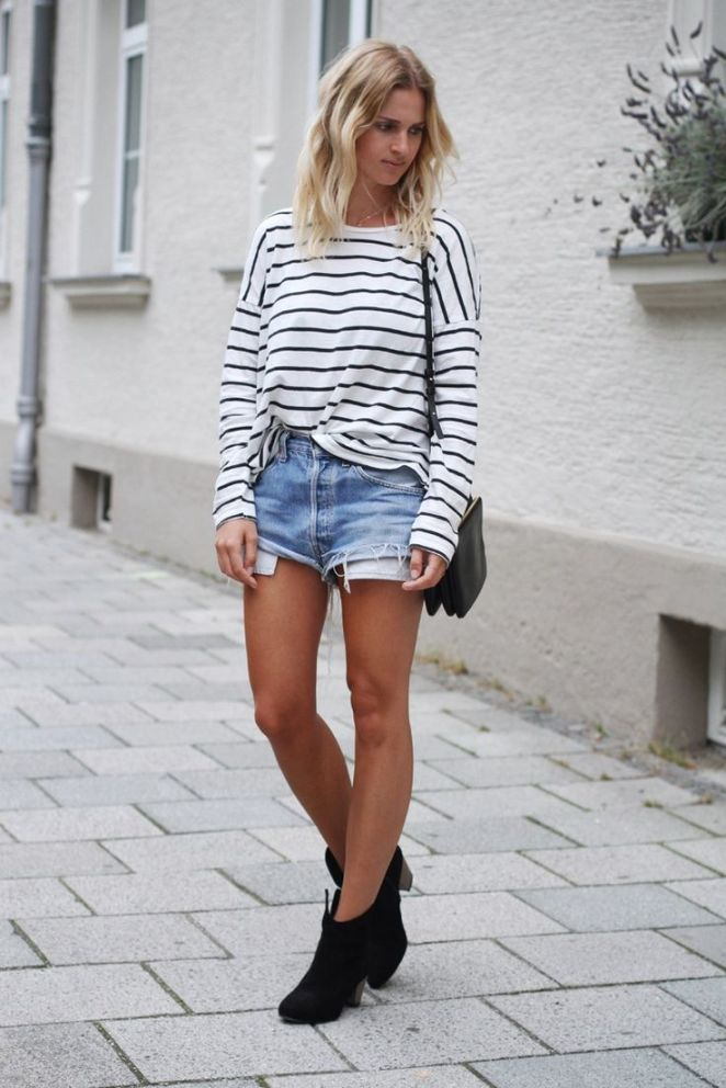 29. Shorts, remera rayada y botas tejanas