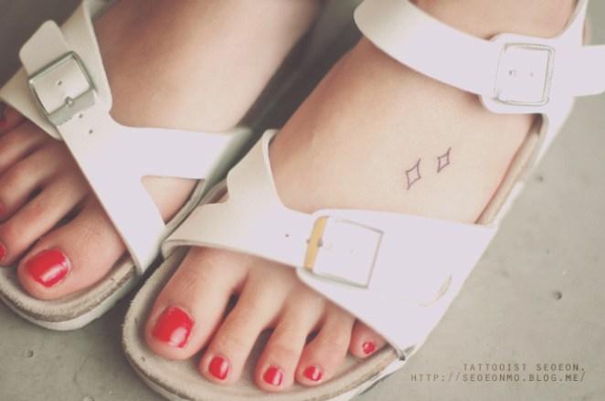 8. Por la delicadeza de los trazos y la sencillez de los diseños, es el tatuador favorito de muchas chicas