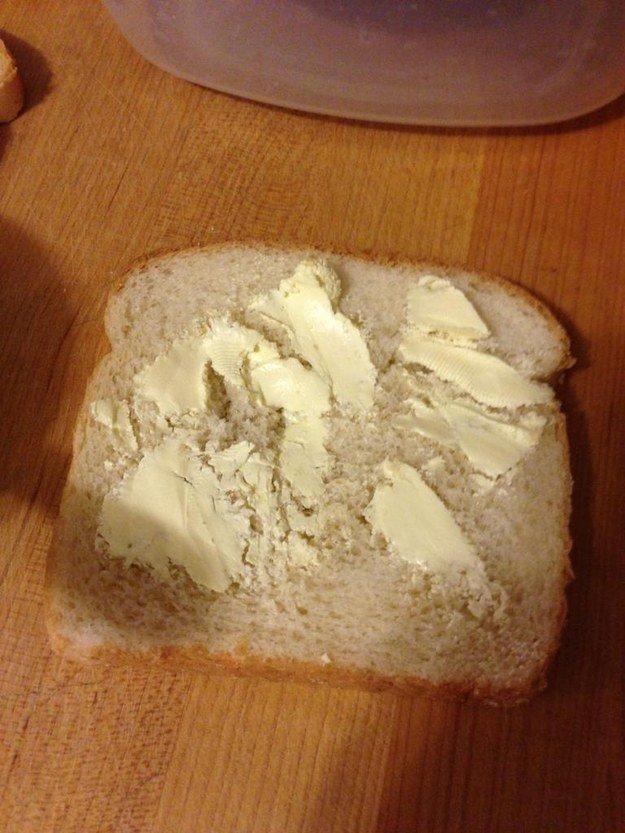 8. Untar manteca en un pan que no está tostado es algo que me da mucha bronca y no me sale.