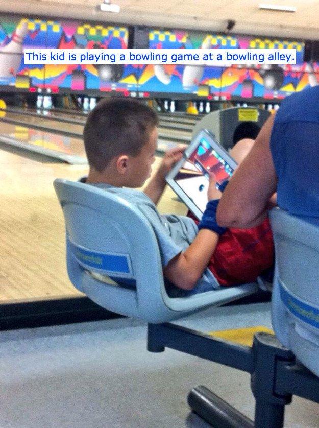 10. Este chico jugando al bowling... en el bowling.