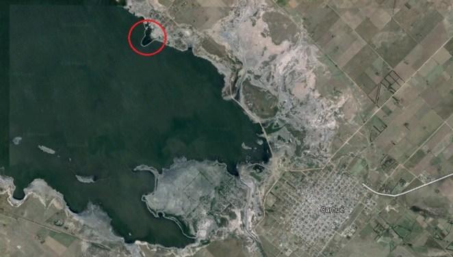 Está ubicado a 7 km de Carhué, dónde hay varios lugares dónde podes parar a dormir