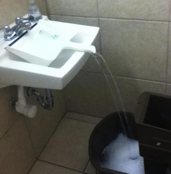 17. Usá una pala de basura para llenar cualquier recipiente que no entre en la pileta.