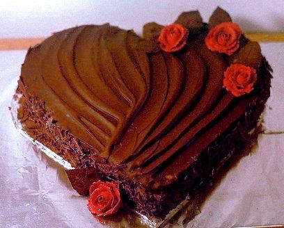 9. ¿Eso del huevo no te parece romántico? ¿Qué tal una torta con forma de corazón?