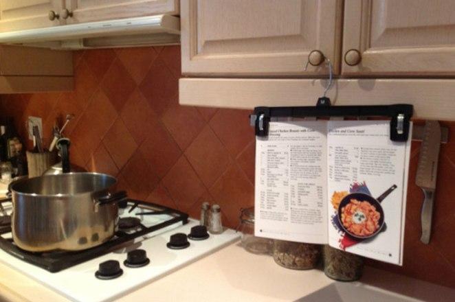19. Dejar el papel con la receta por cualquier lado: colgá tu recetario en una percha para polleras así no se te cambia la página, no se te ensucia ni se te pegotea.