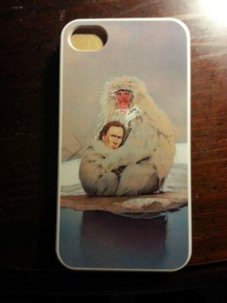 19. Esta funda de celular con un babuino abrazando a Nicolas Cage.