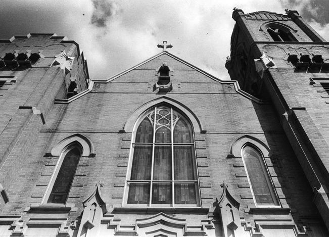 La idea era recaudar fondos para ayudar a la iglesia comprar un nuevo órgano de tubos que todavía está en uso hoy en día. Las personas pagaban para poder tener el lujo de guardar un objeto dentro del cofre