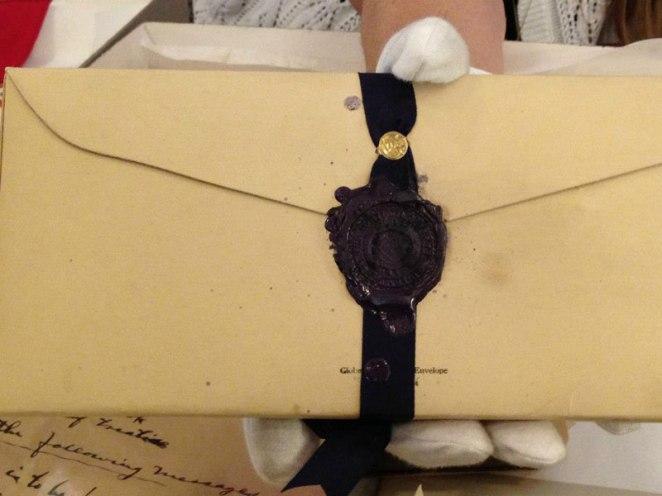 20. Cuando no existían las casillas de E-mail con contraseña, asi evitaban que los curiosos leyeran las cartas