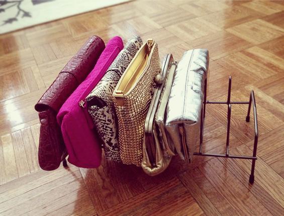 1. Un escurridor de platos se puede convertir en un práctico organizador para tus carteras de mano.