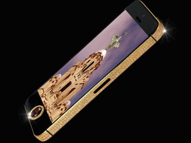 5. Un celular recubierto en oro y diamantes