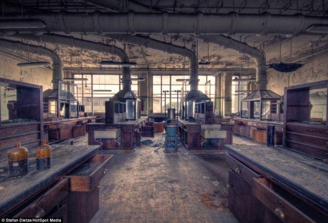5. El laboratorio, todavía en pie, es uno de los lugares más estremecedores, todavía se conservan algunos elementos con los que los estudiantes trabajaban