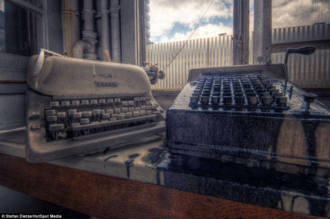 11. ¿Quiénes habrán puesto sus dedos en estas máquinas de escribir que hoy sólo parecen parte de una escenografía de una película de terror?