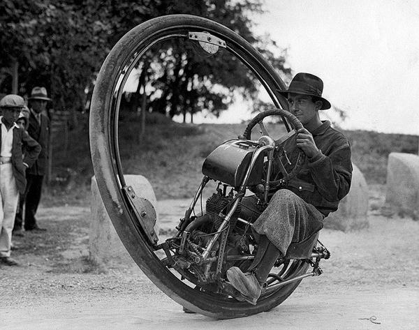 4. Una motocicleta con una sola GRAN rueda
