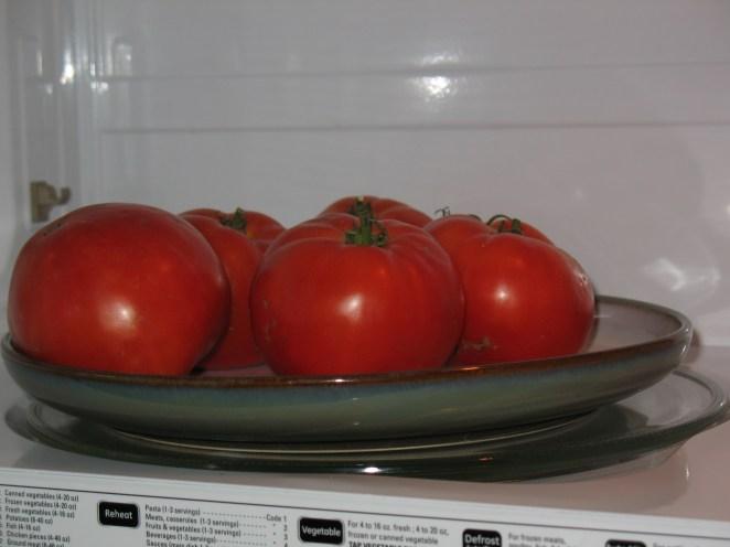 7. ¿Querés tomates pelados bien fácil? Ponelos a calentar durante 30 segundos a temperatura máxima, dejalos descansar 2 minutos y pelalos sin problemas