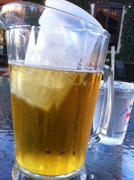 4. Congelá un vaso de agua y ponelo dentro de una jarra con cerveza para que se mantenga fría