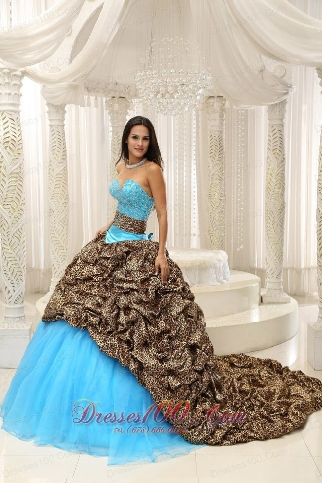 12. Vestido turquesa con animal print, ¿en serio?