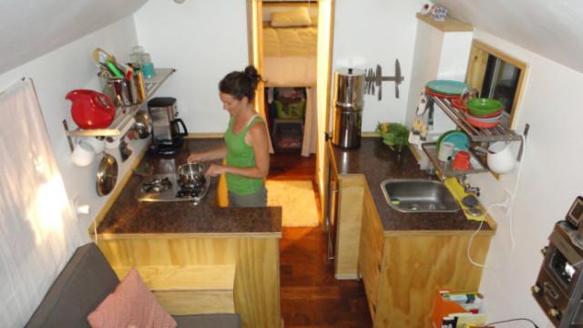 Una cocina diminuta pero acogedora, al menos si hay uno solo cocinando