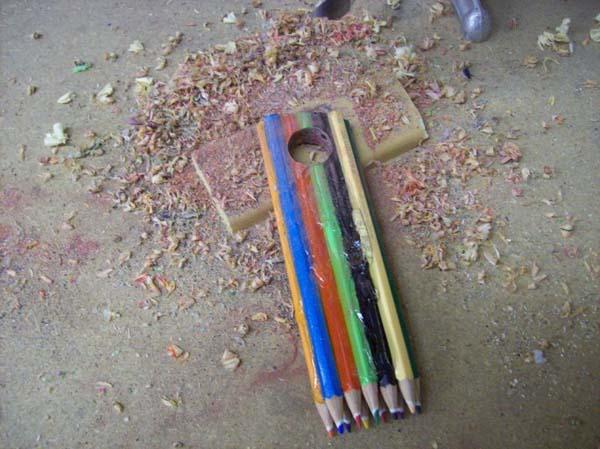 3. Valiéndose de un taladro, hacer un agujero en uno de los lados