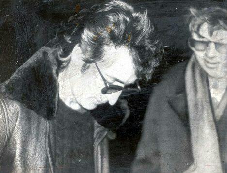 14. John Lennon y su asesino, minutos antes de la tragedia