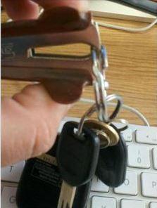 17. Para agregar una llave al llavero sin arruinar tu esmalte de uñas, usá un sacaganchos