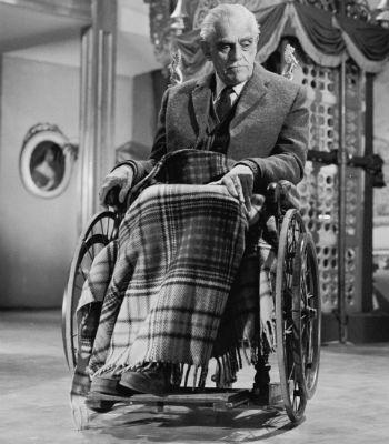 2. Hacerte el lisiado para sentarte en una silla de ruedas y taparte con una mantita