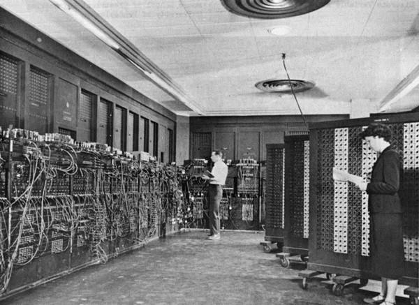 23. Foto de una de las primeras computadoras del mundo.