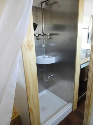 La ducha y el lavabo son lo mismo, para no ocupar lugar ni gastar agua de más