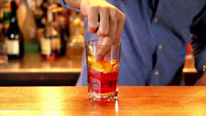 6. Un cocktail no está terminado hasta que no tiene su garnish, y para eso las naranjas son excelentes