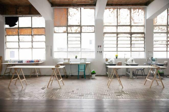 El espacio está compuesto por el sector de moldes, las mesas de corte y las máquinas de coser.