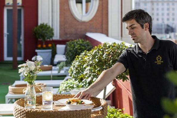 El Roof Garden ofrece un bar con cócteles, almuerzos y snacks