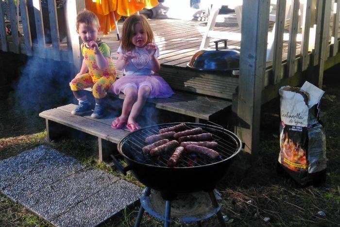 BBQ voor het terras van de stacaravan - Eurocamp campingvakanties