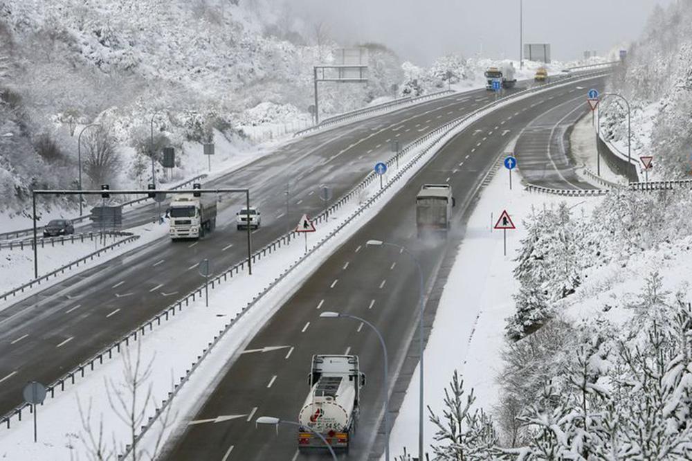 La DGT recomienda planificarse y mantenerse informados ante las nevadas que se esperan