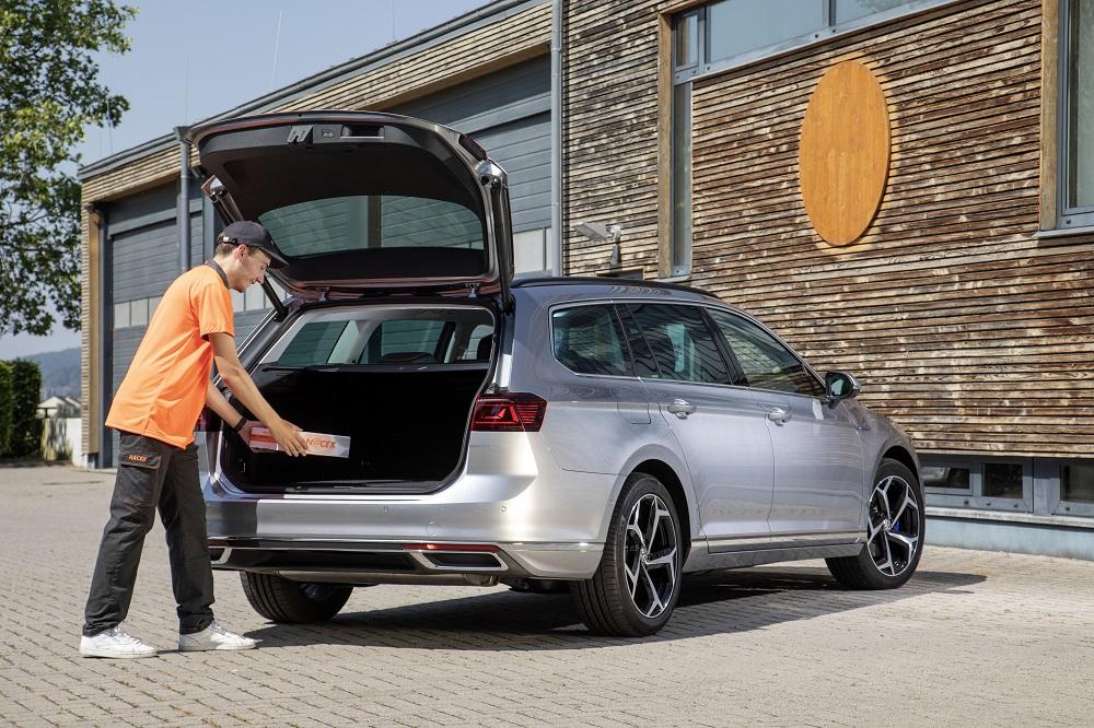 Volkswagen estrena junto a Nacex el primer servicio de entrega de paquetes en el maletero del coche de España