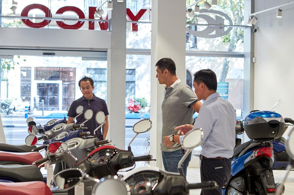 Allen Ko visita la tienda de Kymco Madrid