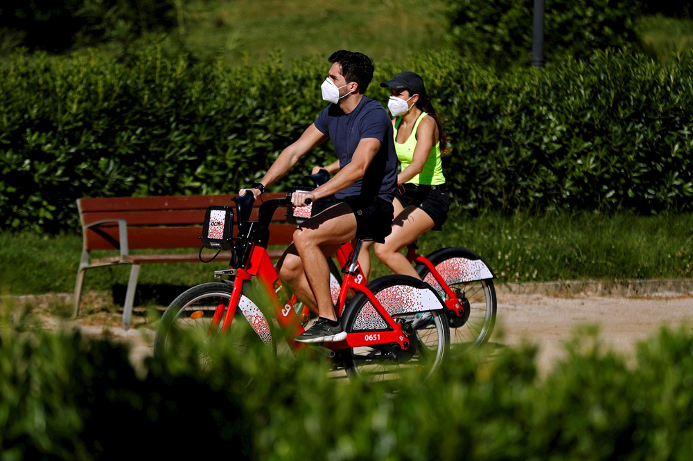 En bicicleta con mascarilla