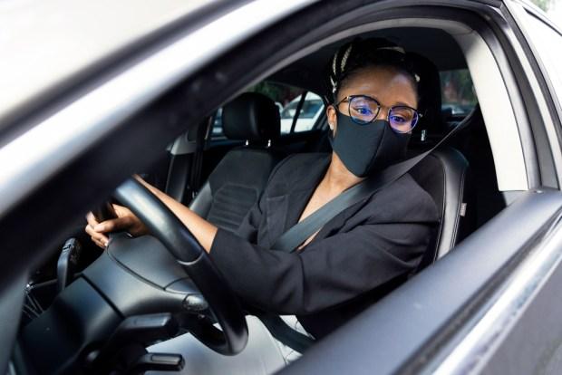 Mujer al volante con mascarilla