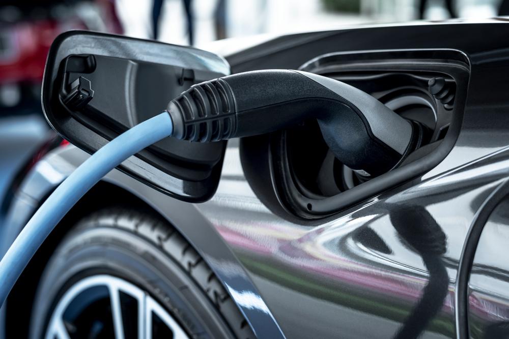 Las ventas de vehículos electrificados, híbridos y de gas suben un 38,4% en agosto