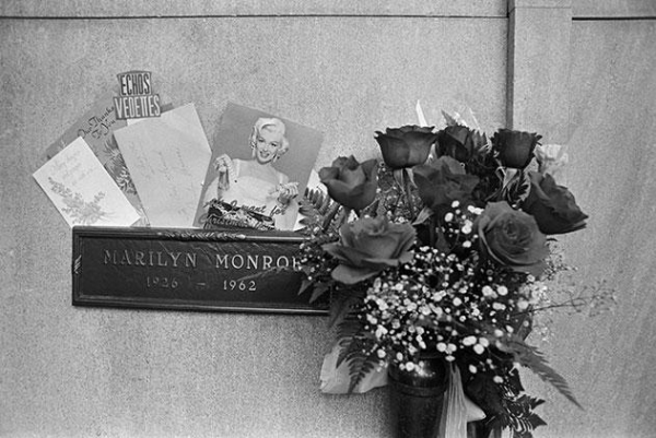 Image result for marilyn monroe grave with flowers