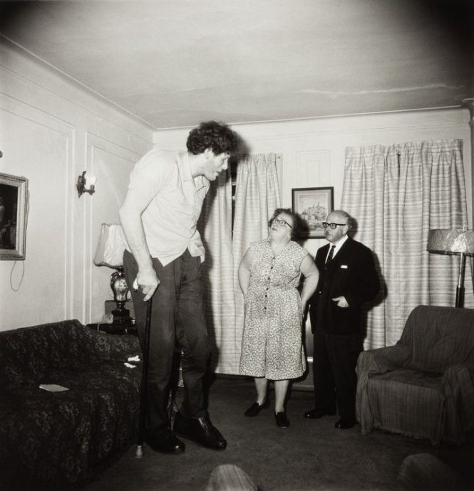 A Jewish giant at home with his parents în the Bronx, N.Y. 1970